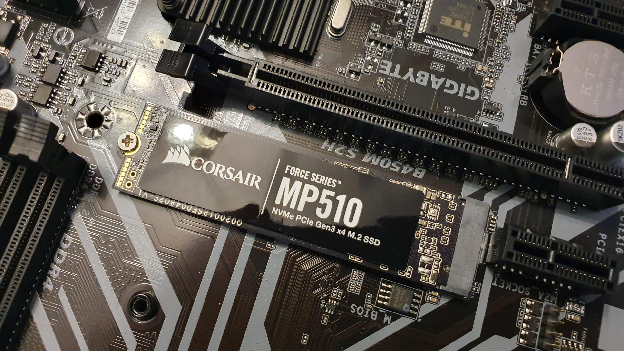 SSD NVMe MP510 de Corsair en una placa Gigabyte