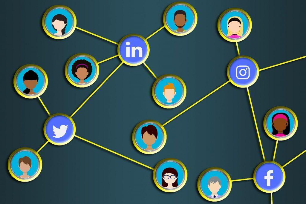 Conexión de personas a través de redes sociales en Internet