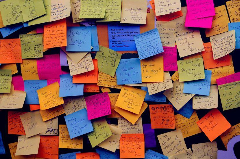 Decenas de post-it pegados en una pared