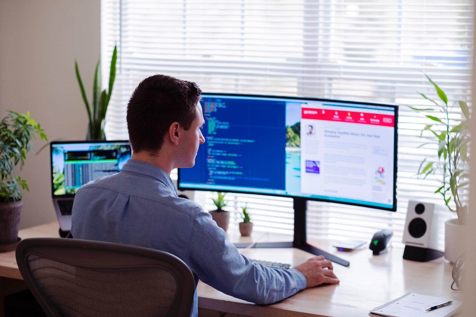 Trabajador utilizando un monitor externo conectado a un ordenador portátil